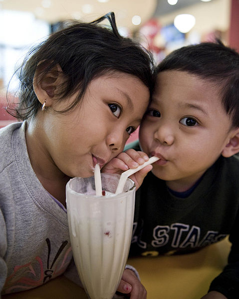 479px-Children_sharing_a_milkshake